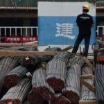 Sản lượng thép xây dựng của Trung Quốc tăng sau khi nới lỏng hạn chế dịch